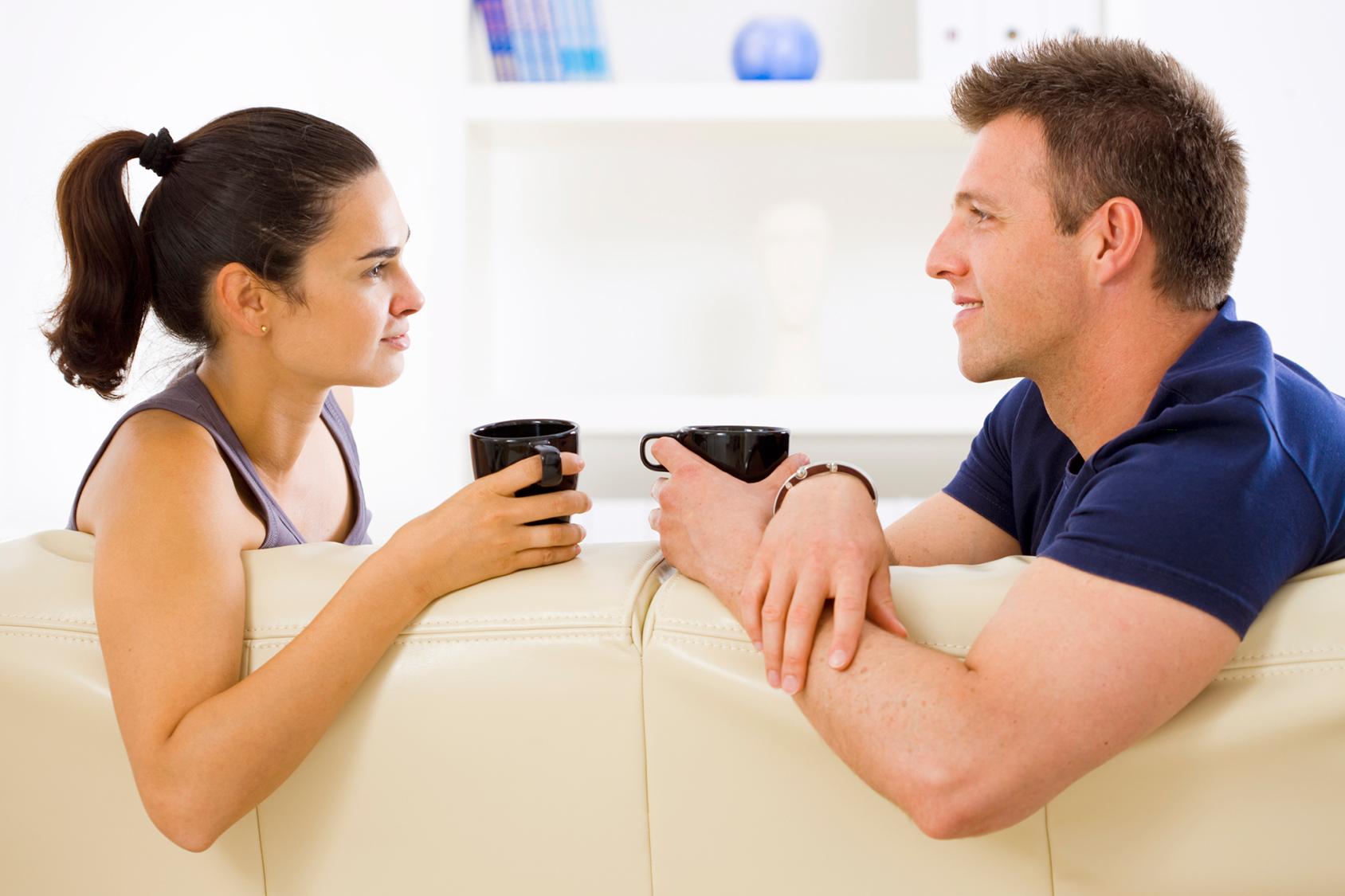 Муж с женой разговаривают за чашкой чая