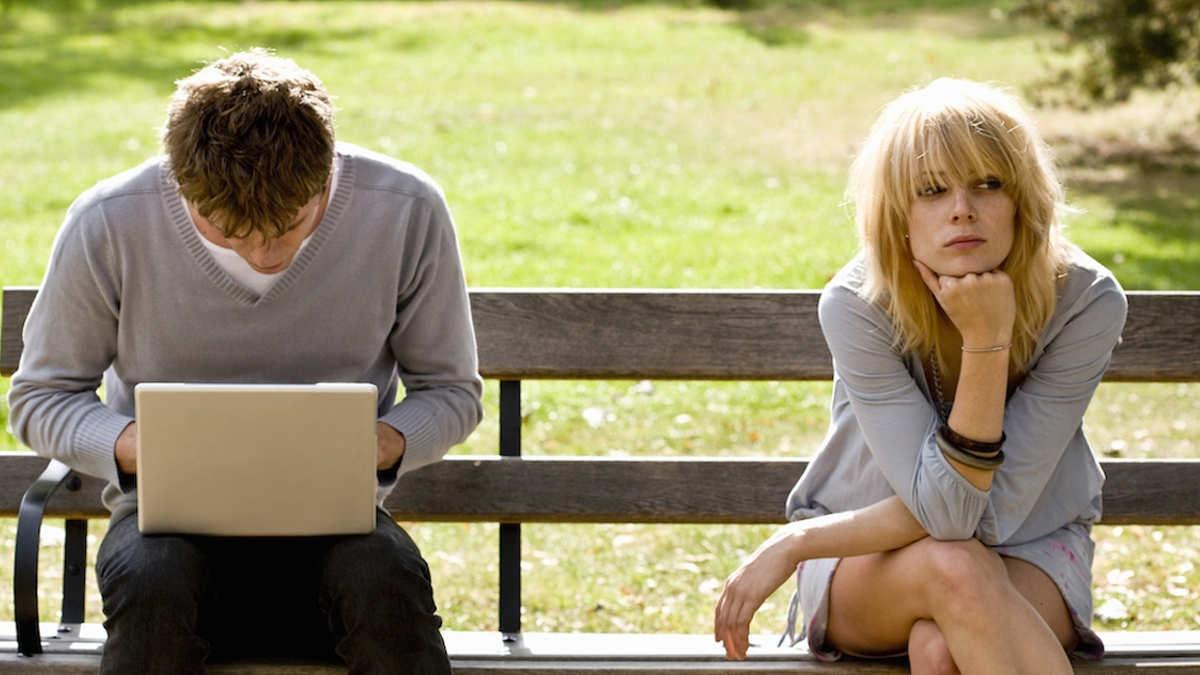 парень игнорит девушку