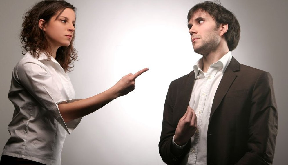 Девушка ставит ультиматумы: женские манипуляции и шантаж