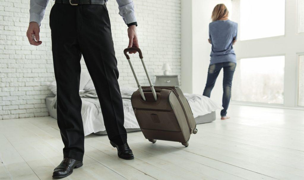 Жена с вещами выгнала мужа из дома, что делать