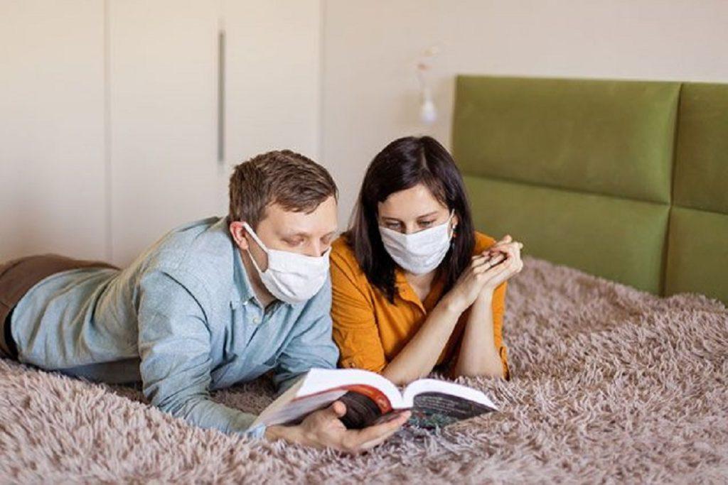 Семья сидит дома во время коронавируса