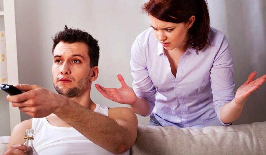 Муж и жена дома на самоизоляции