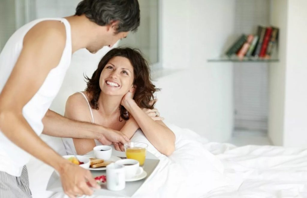 Муж ухаживает за женой