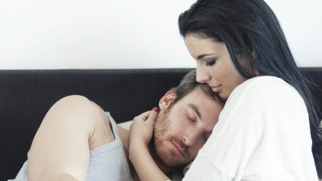 женщина заботится о мужчине