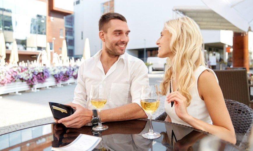 Обязаны ли мужчины платить за девушку?