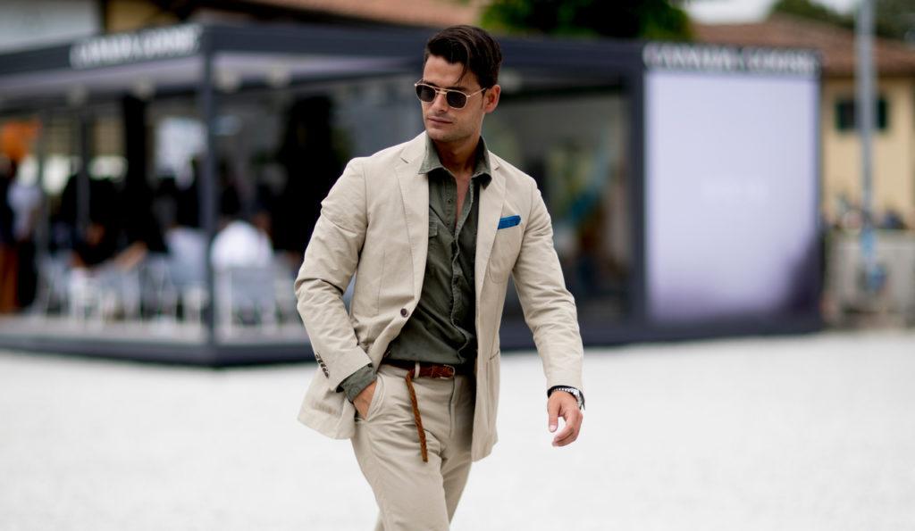 Мужчина одет стильно